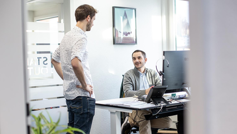 Online Marketing Agentur Standout zwei Mitarbeitende im Gespräch